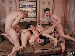 Foursome relating to extreme modes to please the slutty wives