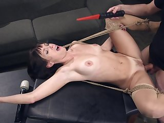 Slutty model Alana Cruise opens her legs for deep anal drilling