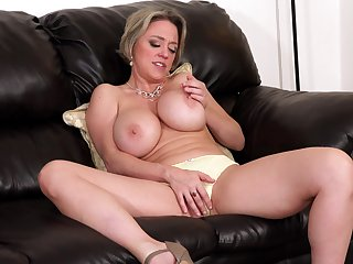 Busty mature pornstar Dee Williams opens her trotters to masturbate